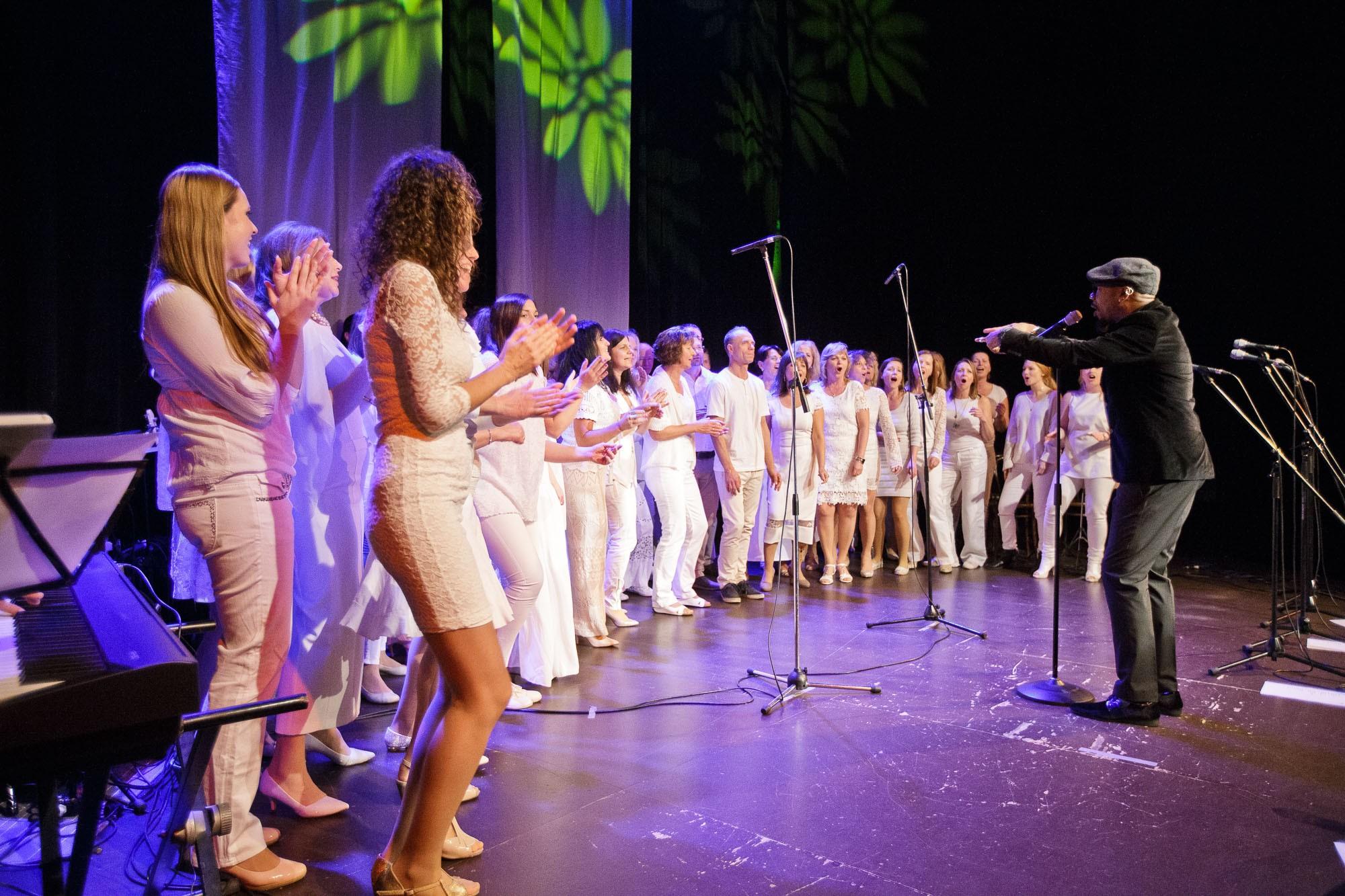 Daniel Thomas na koncerte v Teatre Wüstenrot s účastníkmi gospelového worskhopu 26.11.2017